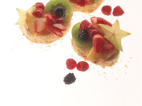 Biskuittörtchen mit Früchten
