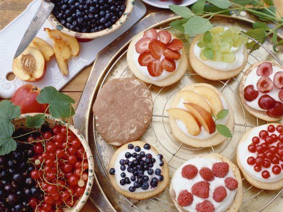 Bistkuittörtchen mit Quark und Früchten