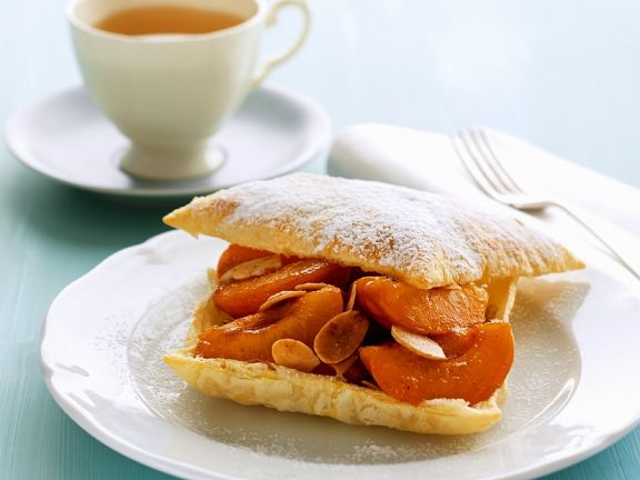 Blätterteig-Aprikosengebäck mit Mandeln