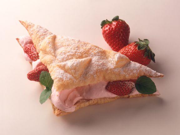 Blätterteig-Dreiecke mit Erdbeer-Creme-Füllung