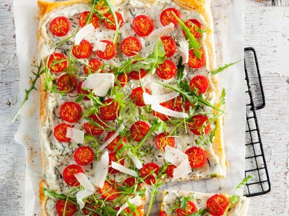 Blätterteig mit Kräutern, Tomaten und Rucola