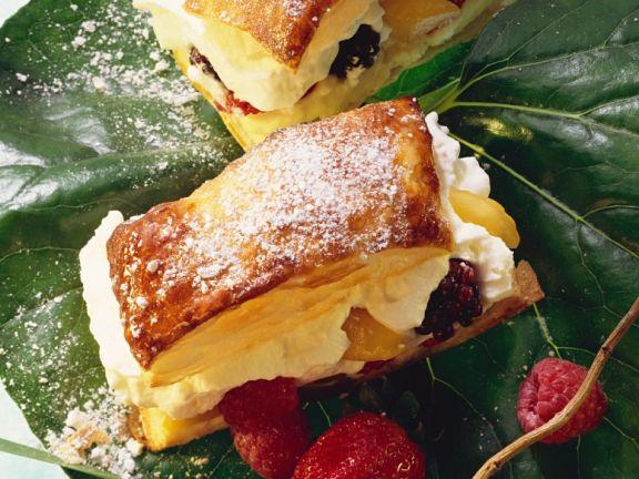 Blätterteig mit Vanillecreme und Beeren gefüllt