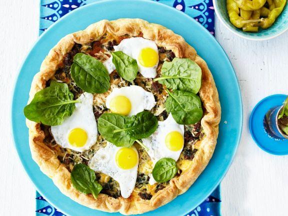 Blätterteig-Quiche mit Hackfleisch, Spinat und Wachtelspiegeleiern