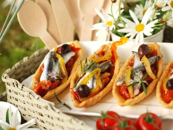 Blätterteig-Törtchen mit Tomaten und Sardellen