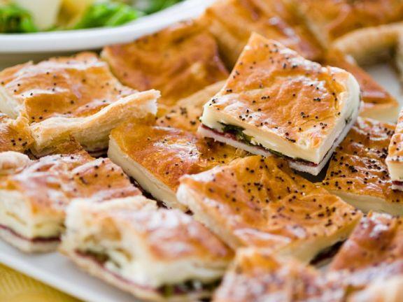 Blätterteigkuchen mit Käse, Spinat und Schinken