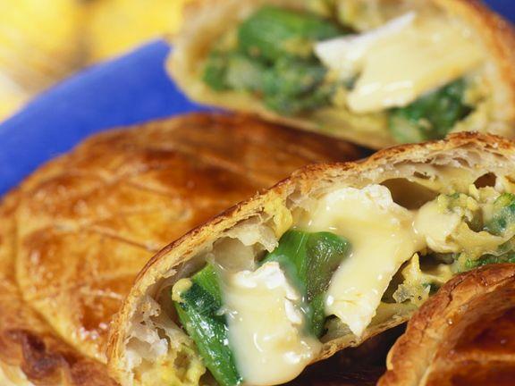 Blätterteigtaschen mit Käse und Spargel