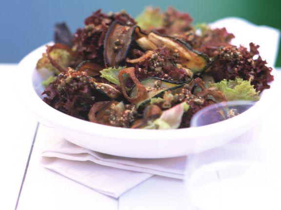 Blattsalat mit Aubergine und Zucchini
