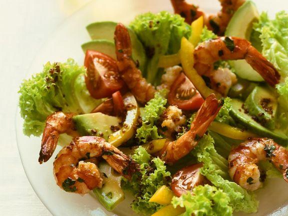 Blattsalat mit Avocado und Garnelen