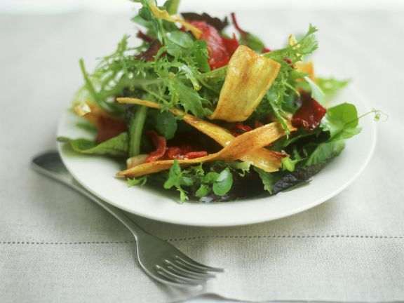 Blattsalat mit Bacon mit Pastinakenchips
