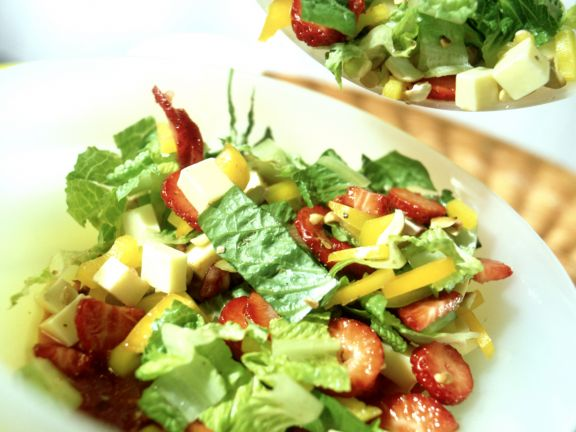 Blattsalat mit Erdbeeren und Gouda