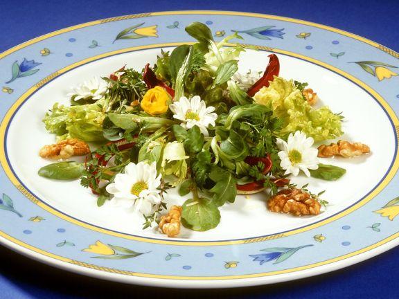 Blattsalat mit Essblüten