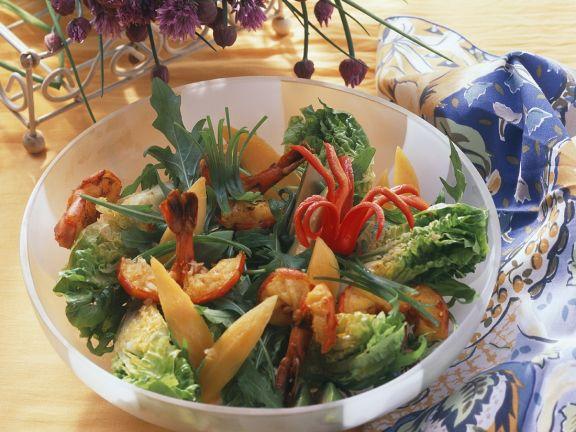 Blattsalat mit Garnelen und Mangospalten