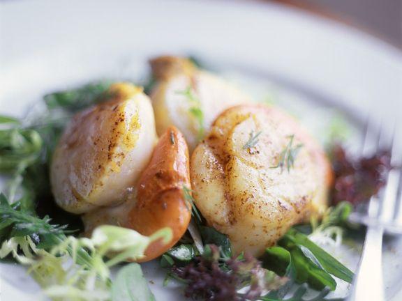 Blattsalat mit gebratenen Jakobsmuscheln