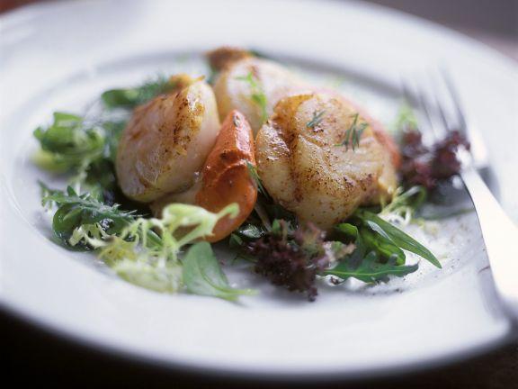 Blattsalat mit gebratenen Muscheln