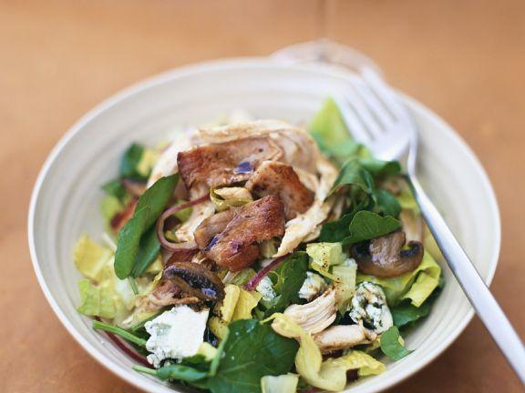 Blattsalat mit gebratener Pute und Pilzen