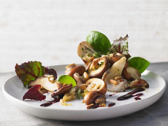 Blattsalat mit gemischten Pilzen