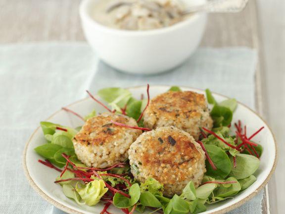 Blattsalat mit Gersten-Bratling und Rote-Bete-Streifen
