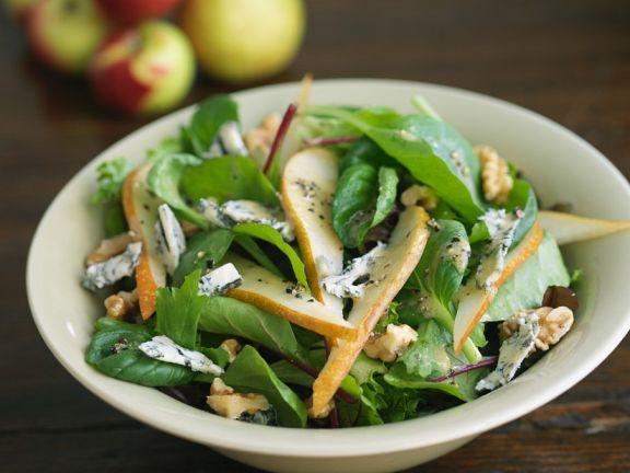 Blattsalat mit Käse und Nüssen