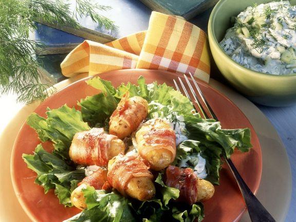 Blattsalat mit Kartoffeln im Speckmantel