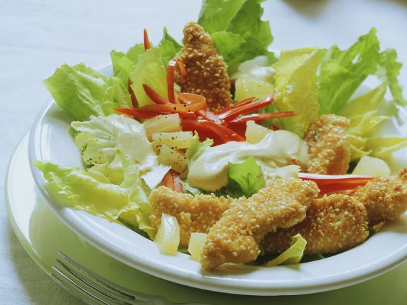 Blattsalat mit knusprigen Hähnchenstreifen