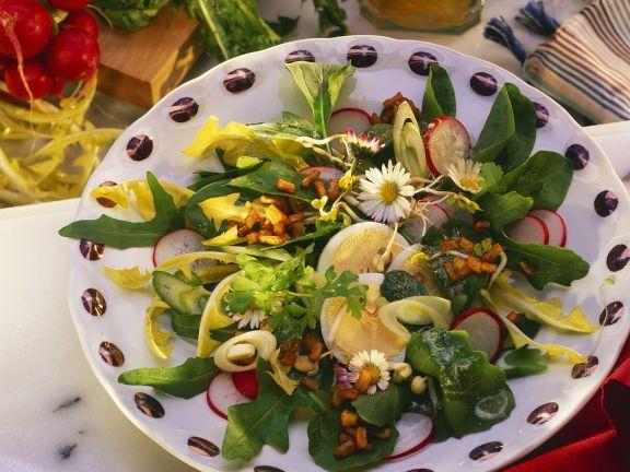 Blattsalat mit Kräutern und Blüten