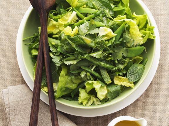 Blattsalat mit Kräutern und Orangendressing