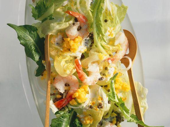 Blattsalat mit Linsen, Shrimps und Mango