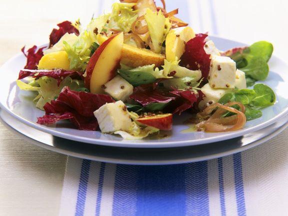 Blattsalat mit Nektarinen, Brie und Schinken