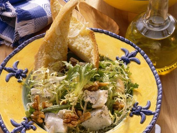 Blattsalat mit Nüssen und Käse