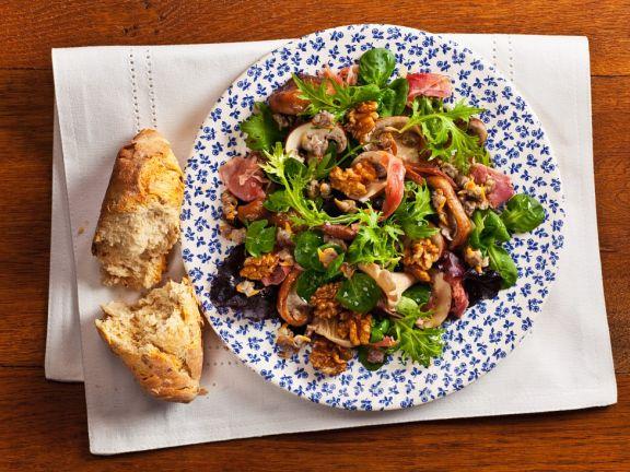 Blattsalat mit Pilzen und Muscheln