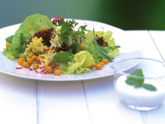 Blattsalat mit Radieschen und Kichererbsen