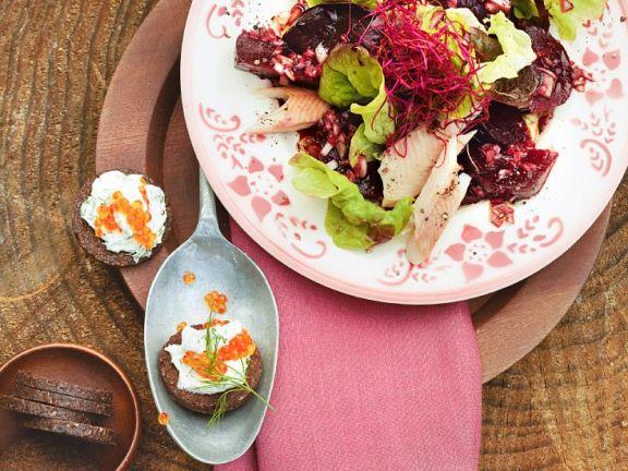 Blattsalat mit Roter Bete und Räucherfisch