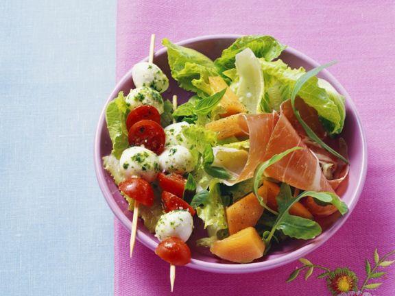 Blattsalat mit Schinken und und Tomatenspießen