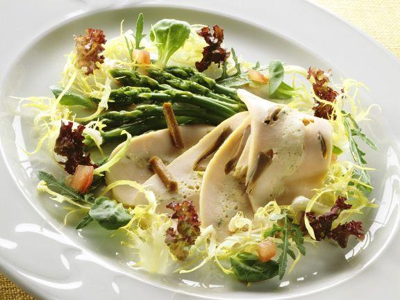 Blattsalat mit Spargel und Hähnchenbrust