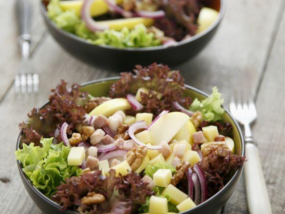 Blattsalat mit Speck und Käse