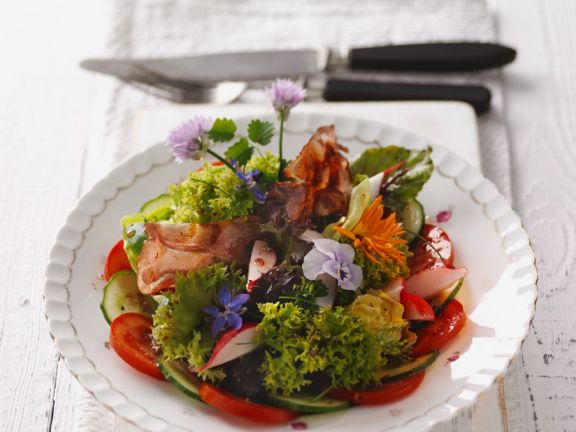 Blattsalat mit Tomaten, Gurke und Essblüten