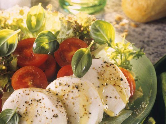 Blattsalat mit Tomaten und Mozzarella