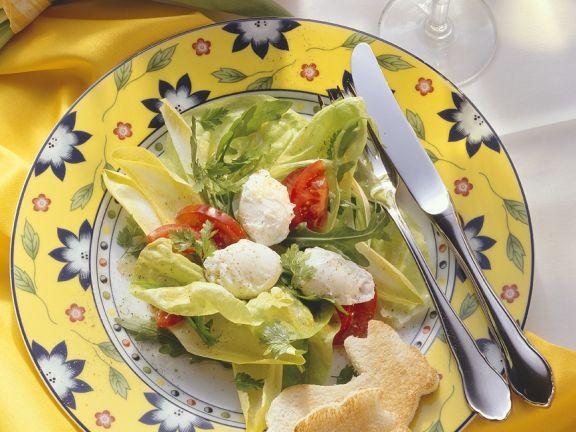 Blattsalat mit Tomaten und pochiertem Ei