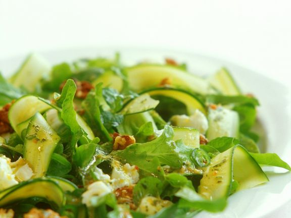 Blattsalat mit Zucchini und Käse
