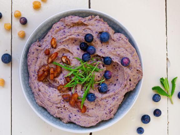 Blaubeer-Hummus mit Datteln