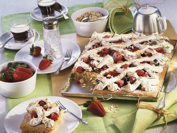 Blechkuchen mit Beeren und Baiser