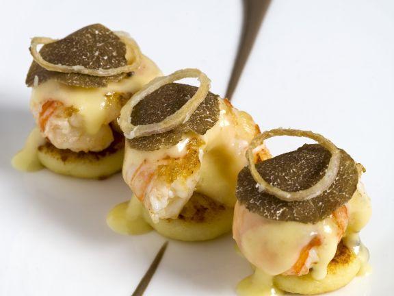Blinis mit Garnele, Parmesansoße und schwarzem Trüffel