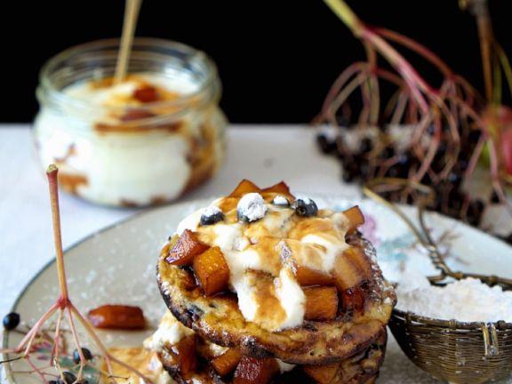 Blinis mit Holunderbeeren, Äpfeln und Joghurt