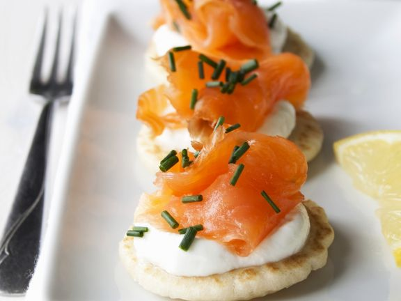 blinis mit sauerrahm und ger uchertem lachs rezept eat smarter. Black Bedroom Furniture Sets. Home Design Ideas
