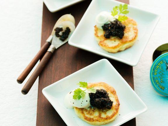 Blumenkohl-Pfannkuchen mit Kaviar