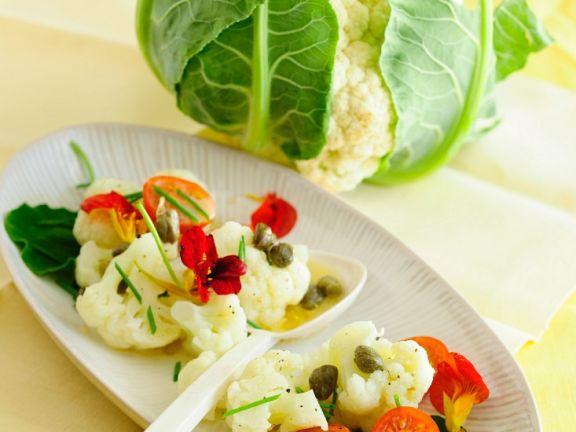 Blumenkohl-Tomatensalat mit Kapuzinerkresse