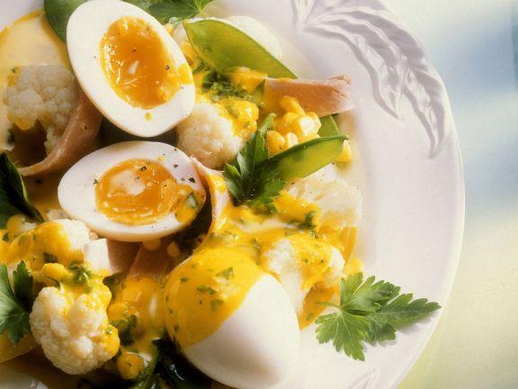 Blumenkohl und Zuckerschoten mit Kurkumasoße und Ei