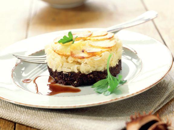 Blutwursttörtchen mit Sauerkraut und Kartoffeln