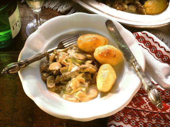 Boeuf Stroganoff mit gebratenen Kartoffeln