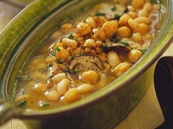Bohnen-Kichererbsensuppe mit Gerste und Pilzen